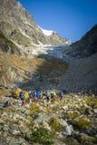 Turistas nas montanhas caucasianos Fotografia de Stock