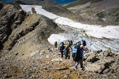 Turistas nas montanhas caucasianos Foto de Stock Royalty Free