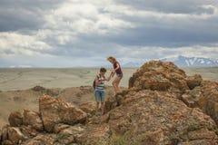 Turistas nas montanhas de Altai Fotos de Stock Royalty Free