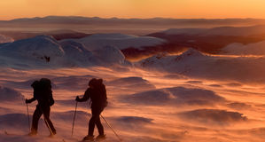 Turistas nas montanhas em um por do sol Fotografia de Stock Royalty Free