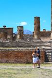 Turistas nas ruínas em Pompeii após o enterramento pelo vulcão em 79AD em Itália, Europa imagem de stock