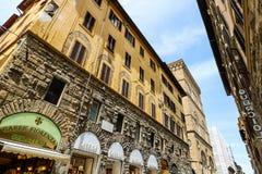Turistas nas ruas estreitas da cidade medieval velha de Floren?a foto de stock royalty free