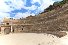 Turistas no anfiteatro romano de Amman, Jordânia Imagens de Stock Royalty Free