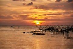 Turistas no barco da cauda longa que toma a fotografia da pesca l?quida durante o nascer do sol na manh? foto de stock