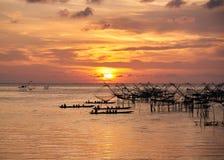 Turistas no barco da cauda longa que toma a fotografia da pesca l?quida durante o nascer do sol na manh? fotos de stock