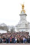 Turistas no Buckingham Palace Imagens de Stock Royalty Free
