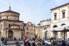 Turistas no café exterior em Piazza Duomo em Pádua imagens de stock royalty free