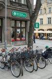 Turistas no centro de informação de Tallinn Fotografia de Stock
