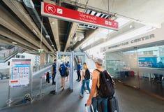 Turistas no controlo de segurança na estação tailandesa do skytrain de Phaya na proibição foto de stock royalty free