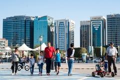 Turistas no Corniche, Abu Dhabi Foto de Stock Royalty Free