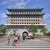 Turistas no cruzamento de zebra na torre de vigia de Tianamen, Pequim, China Imagens de Stock