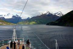 Turistas no cruzeiro norueguês do fiorde imagem de stock
