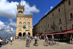 Turistas no della Liberta da praça em São Marino, Itália fotografia de stock