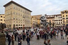 Turistas no della Signoria da praça em Florença, Itália Imagem de Stock