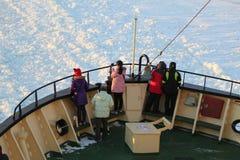 Turistas no identificados a bordo del rompehielos ártico Sampo durante travesía única en el mar Báltico congelado Foto de archivo libre de regalías
