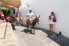 Turistas no identificados que caminan en la ciudad histórica Lindos Imagen de archivo