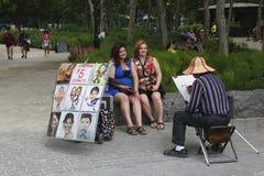 Turistas no identificados que presentan para el artista de la calle en Manhattan Fotografía de archivo libre de regalías
