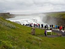 Turistas no identificados que toman la imagen en Gullfoss en Islandia Foto de archivo libre de regalías