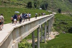 Turistas no identificados y puente concreto cruzado de los locals Fotos de archivo libres de regalías