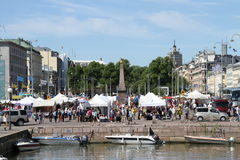 Turistas no mercado de Helsínquia imagem de stock royalty free