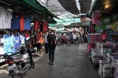 Turistas no mercado de Rong Kluea Imagens de Stock