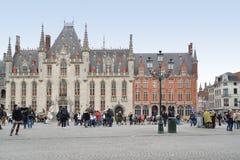 Turistas no mercado em Bruges Imagens de Stock