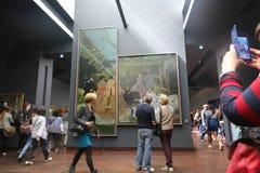 Turistas no museu de Orsay - Paris fotografia de stock royalty free