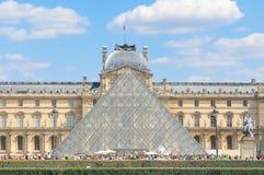 Turistas no museu do Louvre em Paris, França Foto de Stock Royalty Free