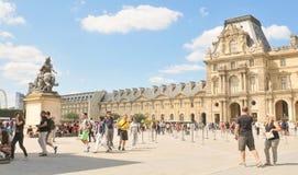 Turistas no museu do Louvre em Paris, França Fotos de Stock Royalty Free