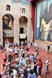 Turistas no museu do teatro do dali de Salvador em Figueras foto de stock