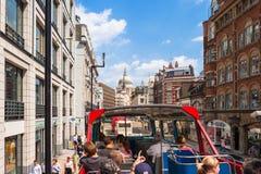 Turistas no ônibus de excursão sightseeing na rua de frota Londres, Reino Unido Fotos de Stock