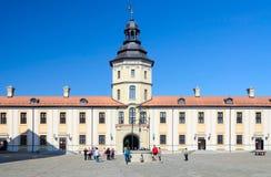 Turistas no pátio do castelo Nesvizh Fotografia de Stock Royalty Free