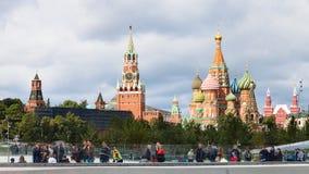 Turistas no parque de Zaryadye e na vista do Kremlin Imagem de Stock Royalty Free