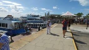 Turistas no porto de Bermuda, ilhas de Bermuda, Oceano Atlântico norte video estoque