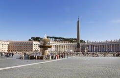 Turistas no quadrado de St Peter em Cidade Estado do Vaticano, Vaticano fotos de stock royalty free