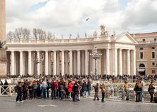 Turistas no quadrado de St Peter, Vaticano, Roma, It?lia foto de stock royalty free