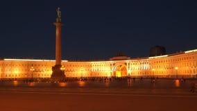 Turistas no quadrado do palácio na noite St Petersburg Fotografia de Stock
