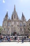 Turistas no quadrado na frente da catedral de Barcelona, Espanha Fotografia de Stock Royalty Free
