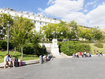 Turistas no quadrado perto da estátua de Goya no Madri fotografia de stock