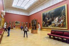 Turistas no salão do museu do russo do estado em St Petersburg Rússia fotos de stock