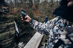 Turistas no telefone das montanhas s Fotos de Stock Royalty Free