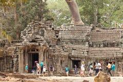 Turistas no templo de Ta Prohm Imagem de Stock Royalty Free