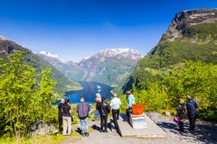 Turistas noruegueses de Geiranger Noruega do fiorde foto de stock