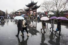 Turistas nos dias chuvosos do ponto cênico do templo de Confucius imagem de stock