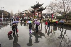 Turistas nos dias chuvosos do ponto cênico do templo de Confucius fotografia de stock