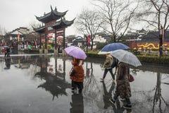 Turistas nos dias chuvosos do ponto cênico do templo de Confucius foto de stock royalty free