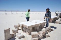 Turistas nos planos de sal de Uyuni Foto de Stock Royalty Free