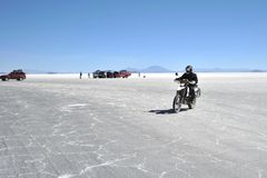 Turistas nos planos de sal de Uyuni Foto de Stock