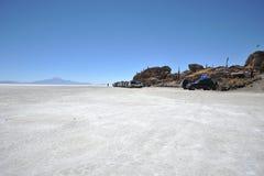 Turistas nos planos de sal de Uyuni Imagens de Stock