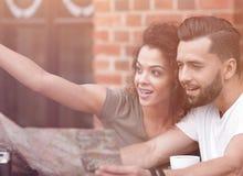 Turistas novos que comem o café no café e que leem o mapa foto de stock royalty free